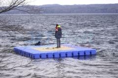 Badeinsel aus Ponton Schwimmkörpern hält viel aus