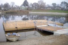 Schwimmende Bühne aus Schwimmkörpern mit Holz verkleidet