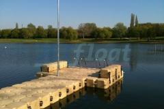 Badesteg für Rennruderer, Kajaks und Motorboote am Fühlinger See in Köln - aus Kunststoff Schwimmkörpern