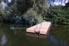 Schwimmsteg mit Holz verkleidet