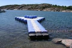 Pontonsteg in Schweden mit Sitzfläche in der Mitte