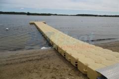 Schwimmsteg Pontonsteg bei Kiel am Lanker See für einen besseren Einstieg ins Wasser.