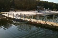 Kunststoff Schwimmsteg / Kajaksteg / Motorbootsteg am Blackfoot Beach in Köln mit Geländer