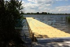 Langer Steg in der Farbe Sand für bequemen Einstieg ins Wasser bei Lübeck