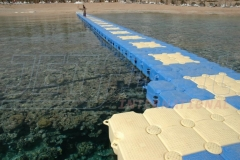 Schwimmsteg aus Kunststoffelementen von JETfloat helfen beim Einstieg ins Wasser