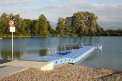 Großzügiger Badesteg aus Ponton Schwimmkörpern in Bergkirchen