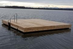 Schwimminsel aus Ponton Schwimmkörpern mit Holz verkleidet