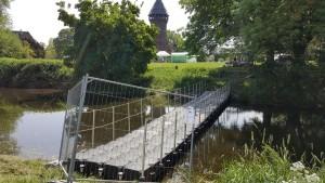 Schwimmende Brücke als Fluchtsteg für den Flachsmarkt in Krefeld