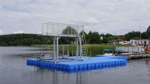 Schwimmender Sprungturm im Freibad