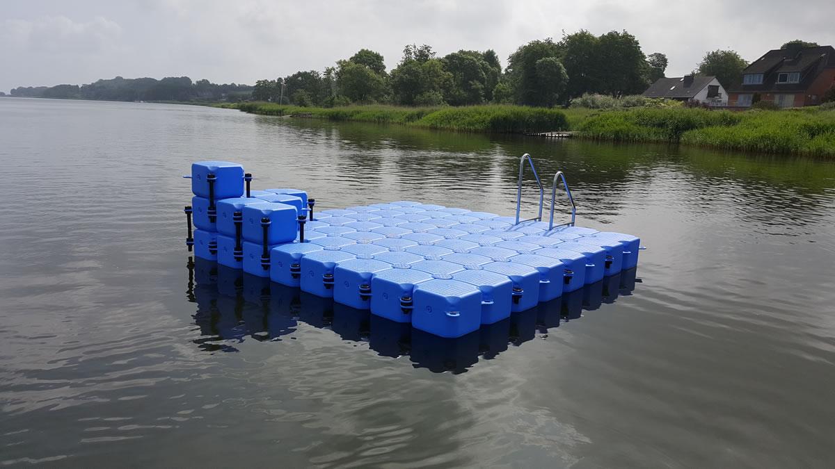 ponton schwimminsel am strand in fahrdorf