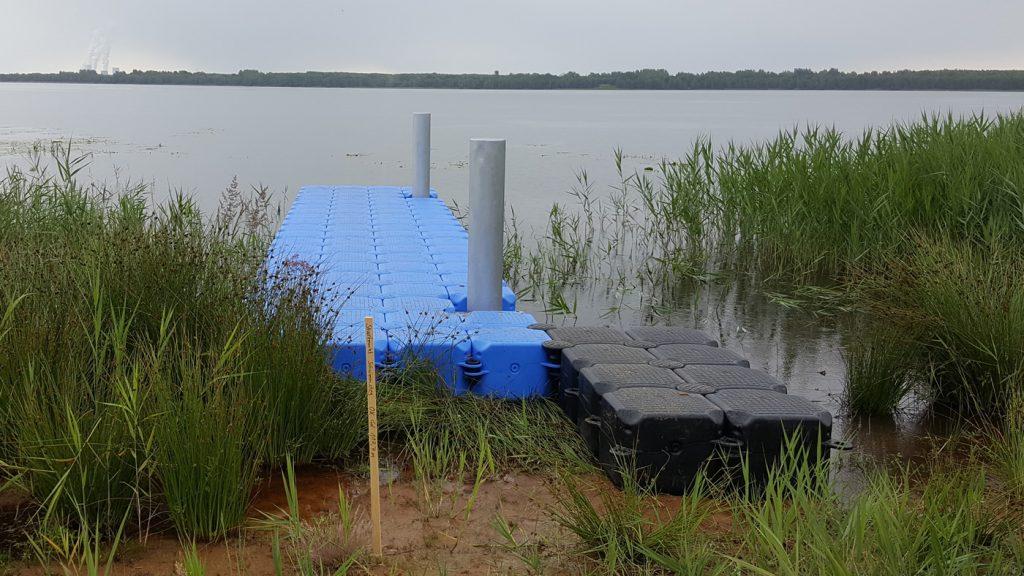 Schwimmsteg aus Ponton Schwimmkörpern Hundewiese Dreiweiberner See
