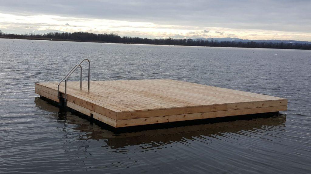 Schwimminsel bzw. Badeinse Holz verkleidet am Ammersee in Pöhl