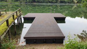 Ponton Steganlage bauen mit Schwimmkörpern und Holz Optik Verkleidung