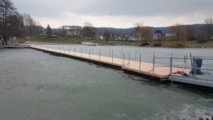 Schwimmkörper Steg aus JETfloat Pontons und Holz Verkleidung von Duwe & Partner