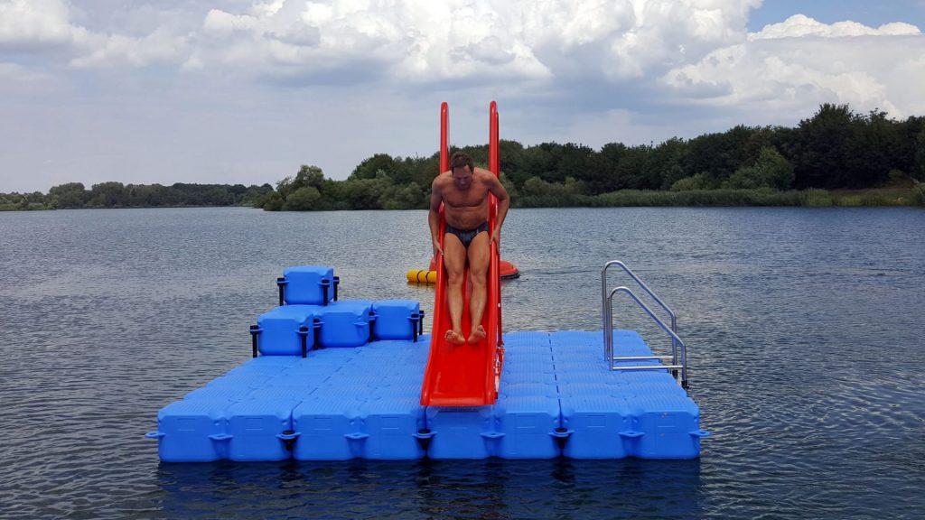 Badeinsel / Schwimminsel aus Ponton Schwimmkörpern mit Badeleiter und Rutsche