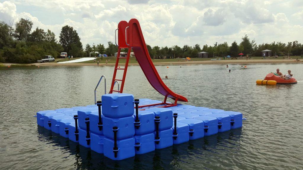 Badeinsel mit Baderutsche, Leiter, Absprungfläche, Sitzgelegenheit als Attraktion im Wasser im Mauerner See
