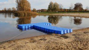 Rettungsboot Bootssteg bauen für mehr Sicherheit der Badegäste, hier am Hufeisensee in Isernhagen  für den DLRG