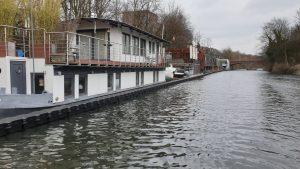 Hausboote während Uferarbeiten am Eibelkanal – geschützt durch Ponton Schwimmkörper von Duwe & Partner