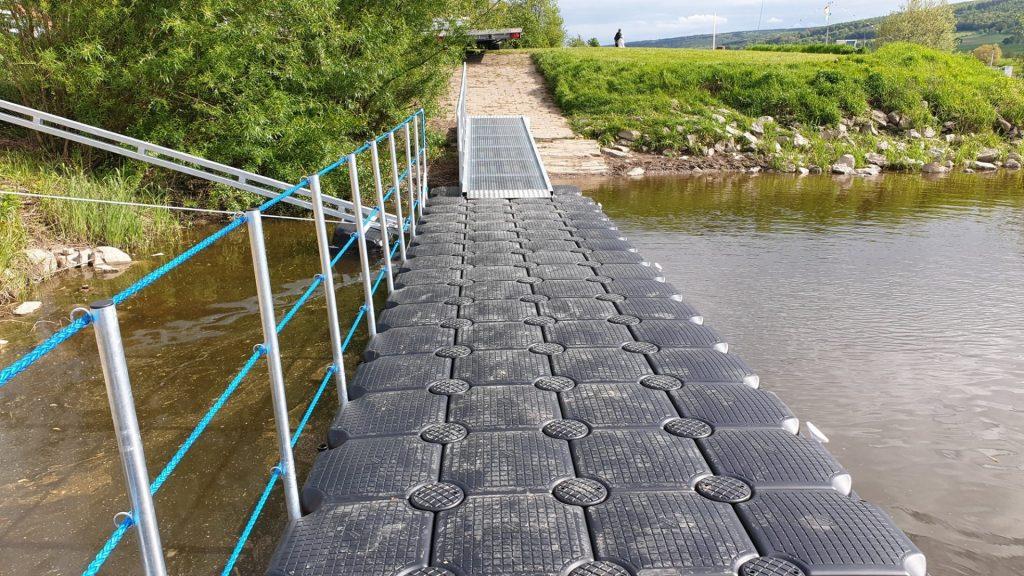 Schwimmsteg aus Kunststoff Pontons an der Weser