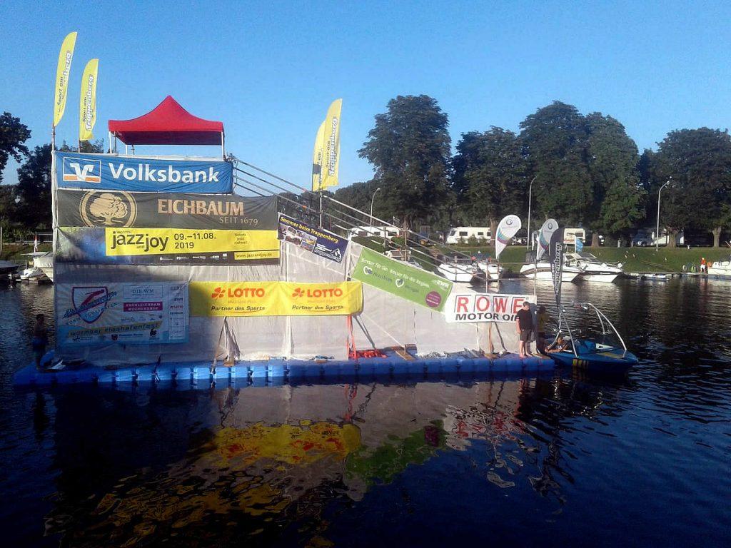 Eventponton aus Schwimmkörpern für Sprungschanze der Rheinspring WM in Worms