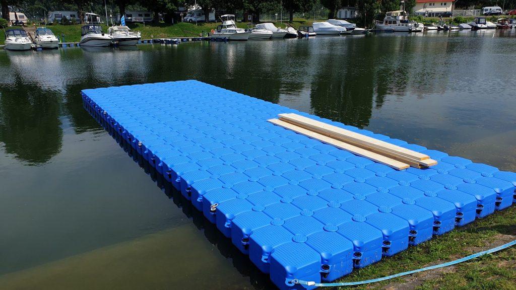 Ponton Schwimmsteg mit Sprungschanze für Veranstaltung auf dem Wasser