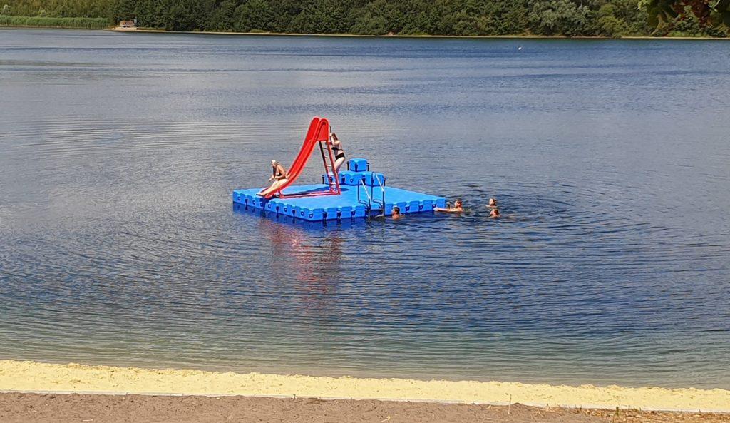Schwimminsel aus Ponton Schwimmkörpern mit Eckaufdopplung und Baderutsche