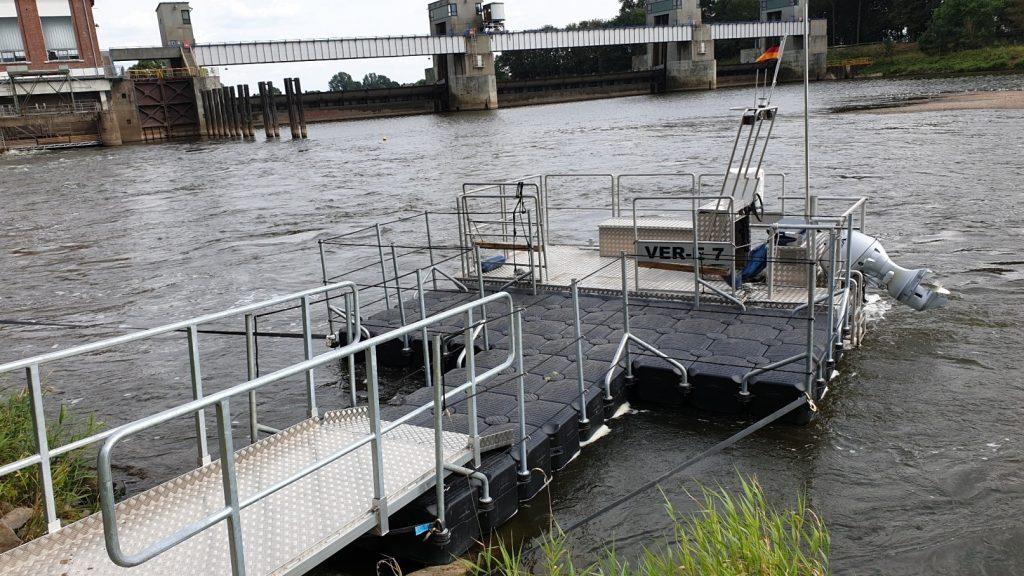 Schwimmsteg für Arbeitsboot am Wasserkraftwerk