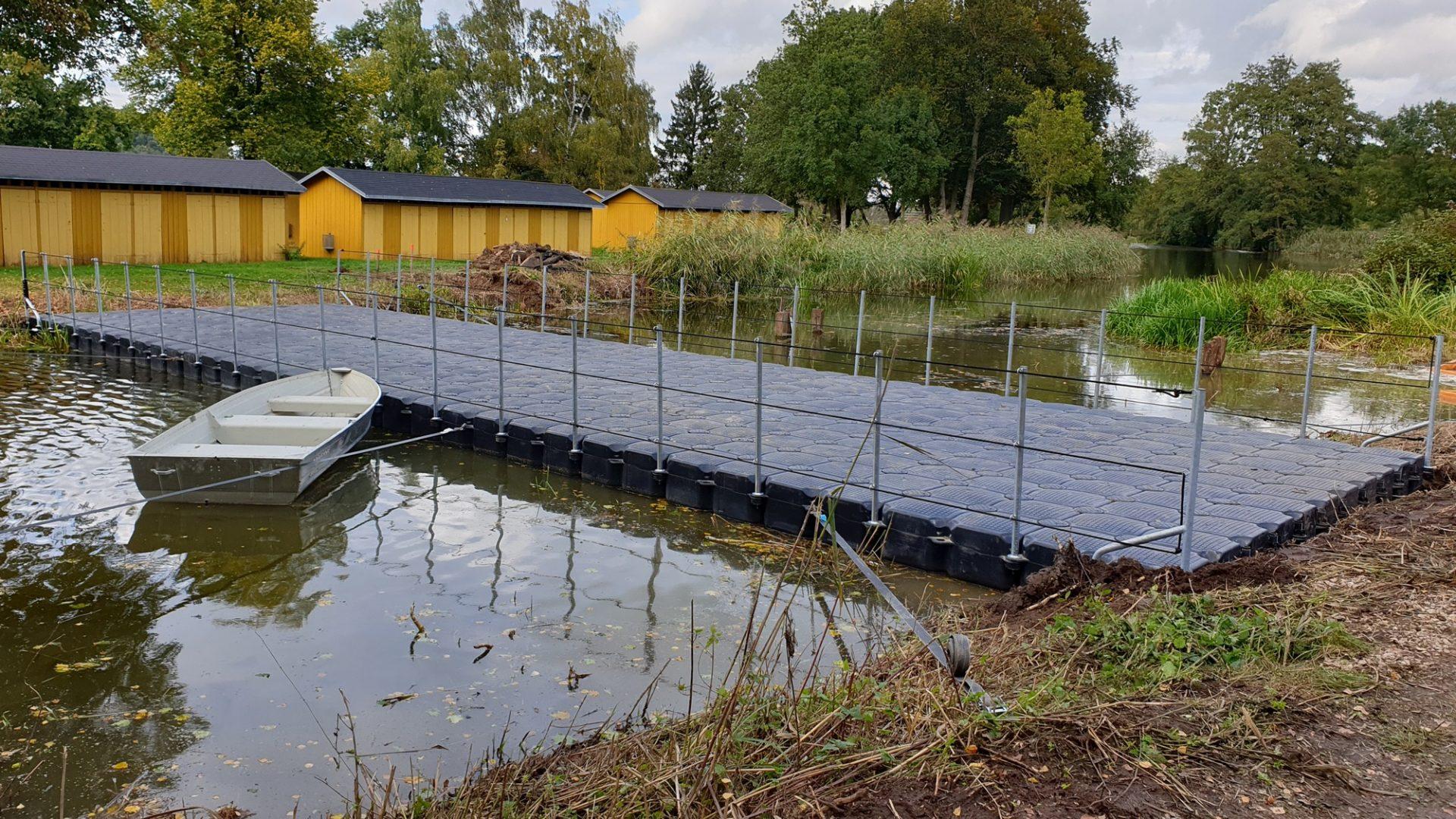 Pontonbrücke für Baugeräte zur Uferüberquerung