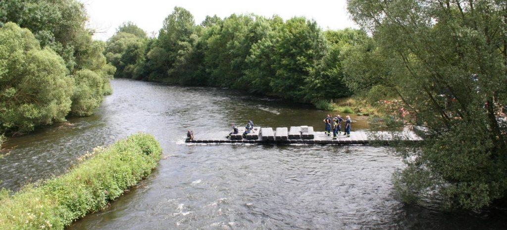 schwimmende-brücke-bauen-pontons-kunststoff